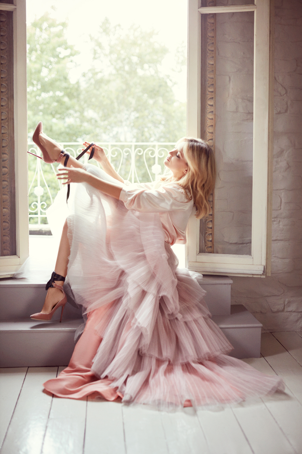 Kate Hudson wears the Rosana Pump